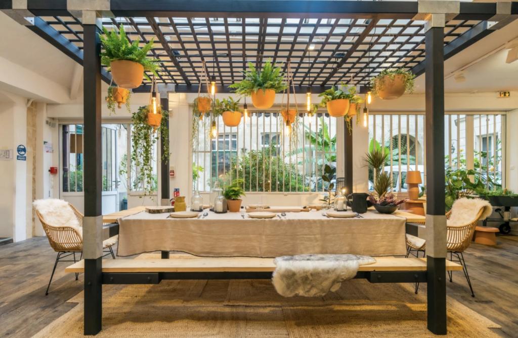 Une salle à manger qui fait de la place à la nature
