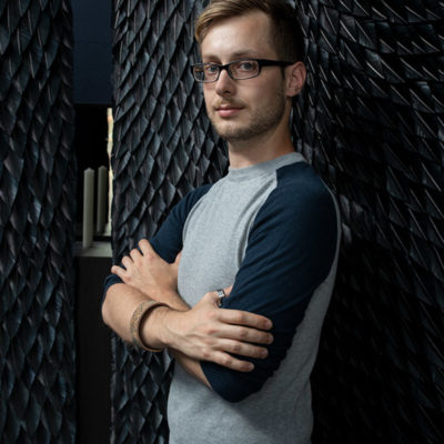 Julien Vermeulen est un jeune designer dont la spécialité est de travailler avec les plumes